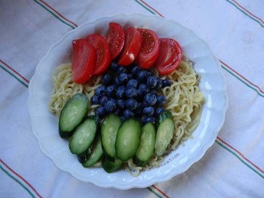 野菜タップリの冷やし中華の写真です。