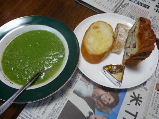 ケールとブロッコリーを使った温スープの写真です。