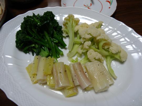 赤ねぎのエテュベと野菜のボウルの写真