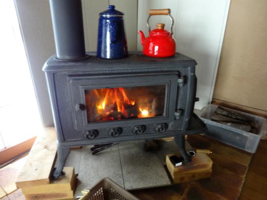 今シーズンの火入れを行った薪ストーブの写真です。