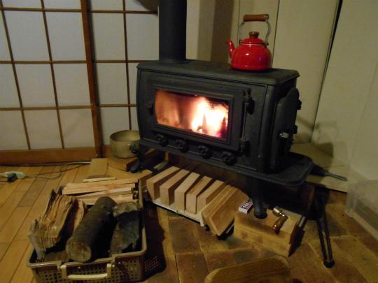 薪ストーブが燃えている写真です。